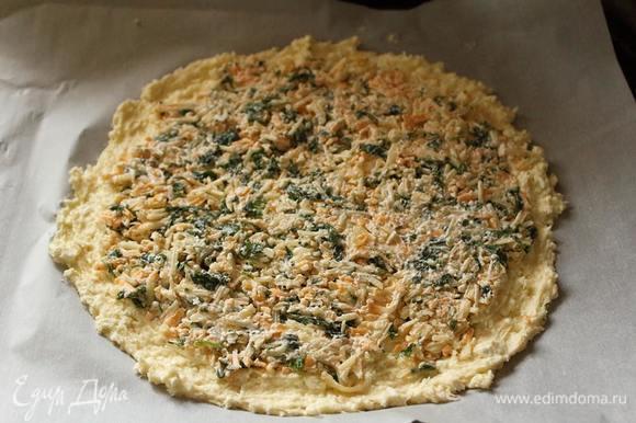 Половину теста выложить слоем в 3-5 мм на противне, застеленном пекарской бумагой. Выложить начинку.