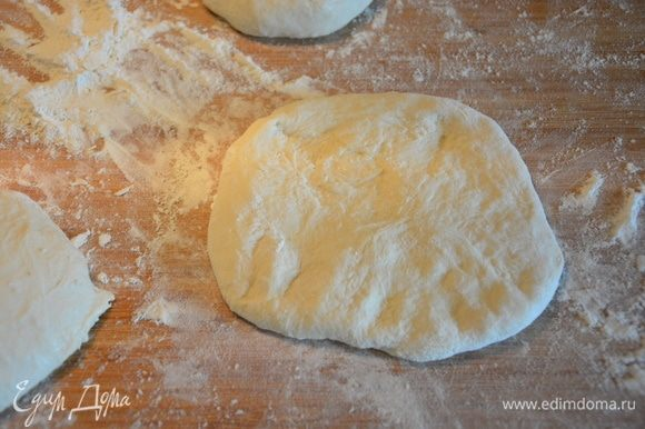 Растянуть тесто руками в небольшой пласт.