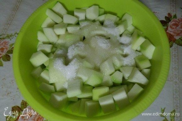 Выкладываем кусочки кабачков в глубокую чашку. Добавляем лимонный сок и сахар (отложив 1 ст. л.).