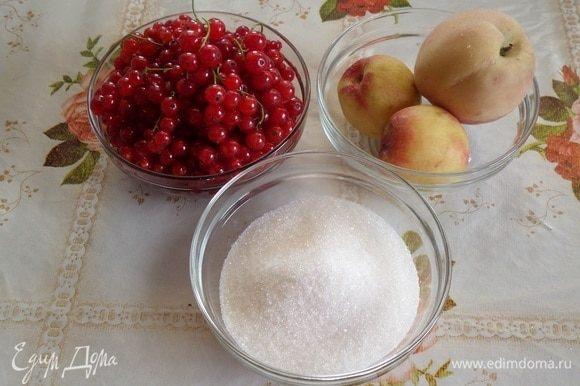 Подготавливаем продукты. Аккуратно промываем водой красную смородину.