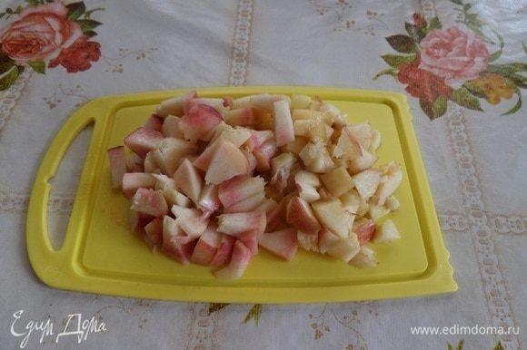 Промываем водой и нарезаем персики.