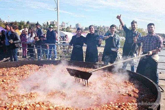 Вот так весело в Аргентине приготовили чупин на 1000 порций! На дровах, у воды... Красота! Я с удовольствием посмотрела это шоу. Жизнерадостность, экспрессия аргентинских поваров, магия испанского языка — все это волнует и будоражит)) Хочется непременно попробовать то, что они приготовили. Фото с сайта Сocineros argentinos.