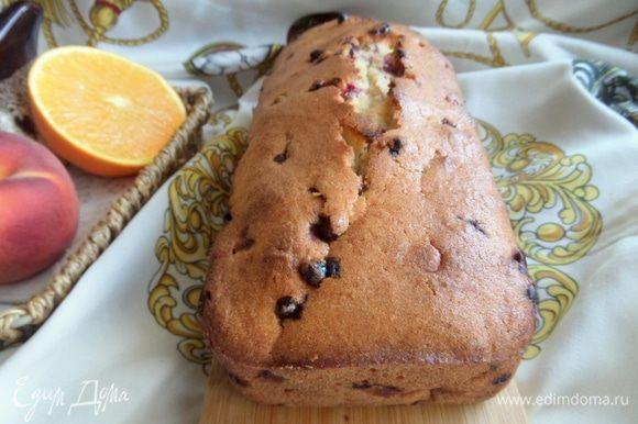 Краешки у кекса посуше, а внутри очень нежный, особенно в первый день.