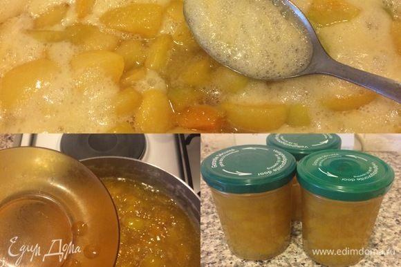 И на медленном огне довести до кипения (периодически снимая пену). Варить джем, помешивая до готовности 50-60 минут. Готовность я проверяю так: каплю джема кладу на холодное блюдце, если капля застывает и на поверхности появляется глянцевая пленка, джем готов. В готовый джем добавить сок лимона, перемешать, подержать на огне 1-2 минуты и снять с огня. Горячий джем разлейте по стерилизованным банкам и сразу закройте крышкой.