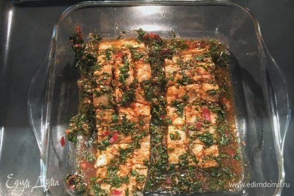 Разогрейте духовку до 200°С. Снимите с формы пленку. Уберите с филе излишек зелени от маринада, чтобы рыба стала еще красивее при запекании. Поставьте треску на 15-20 минут.