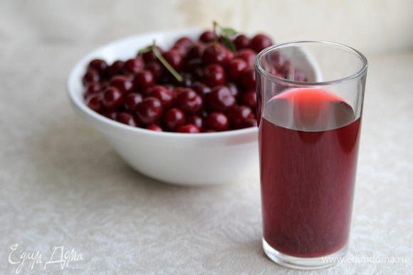 Приготовить вишневый сок. Для этого нужно вишню размять и протереть через сито.