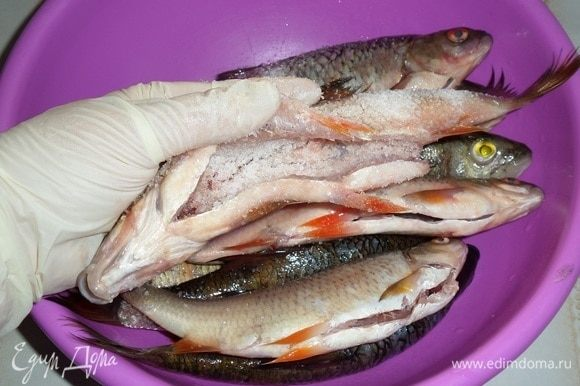 Каждую рыбку натираем солью внутри и снаружи. В среднем на каждую рыбку использовала 2-3 ч. л. соли.