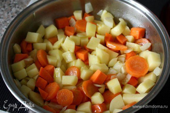 Картофель нарезать маленькими кубиками, смешать с овощами, готовить минут 5-7. Знаете, как звучит слово картофель в Аргентине? Рapa «папа», как и обращение к родителю. По-моему, это замечательно!