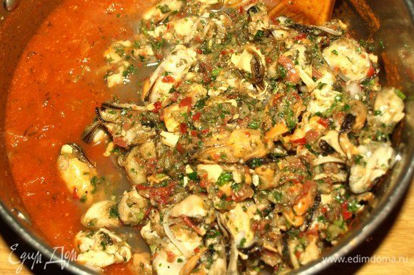 Когда соус загустеет, добавить мидии с маринадом. Перемешать, довести до кипения и варить 5-10 минут.