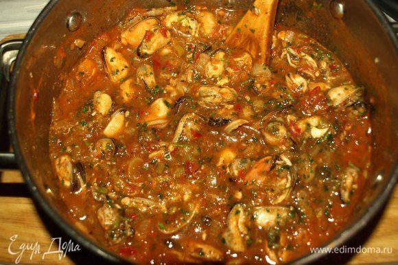 Снять мидии в соусе с огня и оставить под крышкой на 10 минут. Подают мидии с рисом.