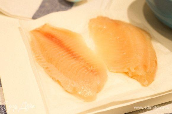 Размороженное филе рыбы (в моем случае тилапия) выкладываем на салфетку и сбрызгиваем лимонным соком. Вот такое у меня красивое нежно-розовое филе. Далее мы обмакиваем рыбу в кляр.