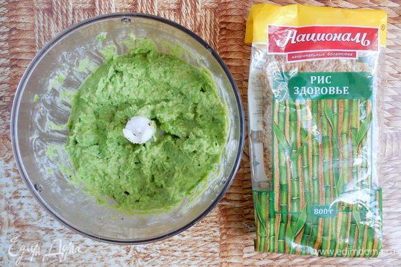 Приправьте по вкусу солью и перцем. Еще раз перемешайте хумус в блендере. Количество лимонного сока, тахини и чеснока можно также регулировать по вашему вкусу.