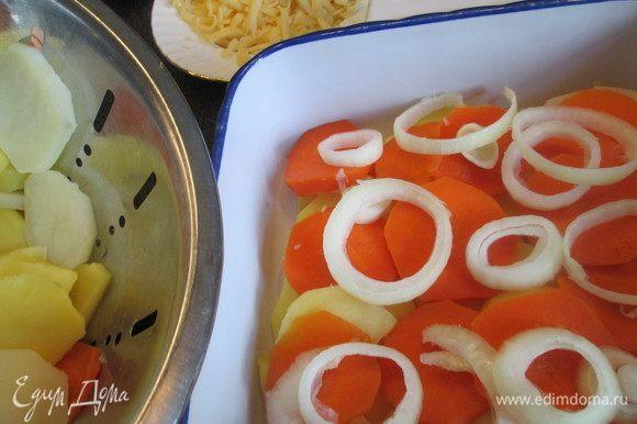 Затем слой моркови и лука.