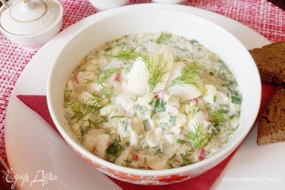Оригинальная окрошка с отварной рыбой и квашеной капустой готова. Приятного аппетита!