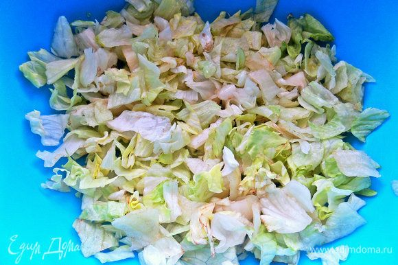 Салатные листья покрошить.