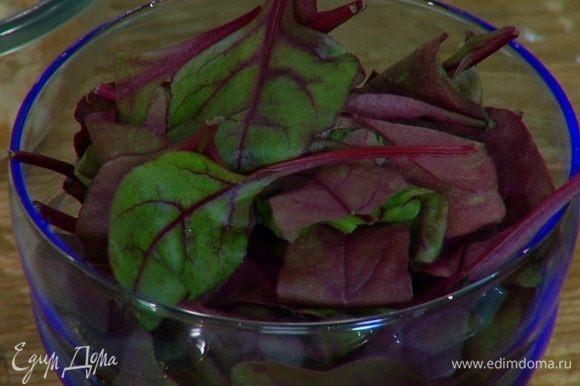 В кастрюле вскипятить бульон, добавить картофель и ботву молодой свеклы (если есть) и варить почти до готовности.