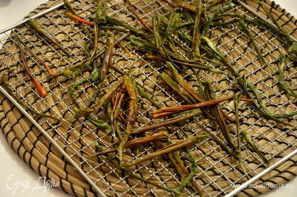 Сушить при 55°С 10-12 часов. Из 412 г очищенных зеленых перцев вышло примерно 42 г сухих.
