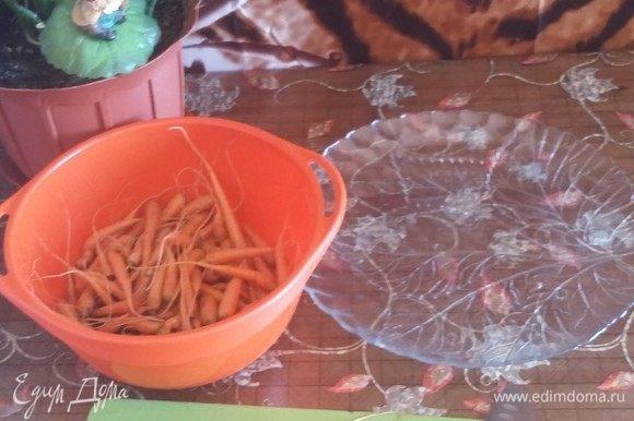 Морковь промыть и лук тоже.