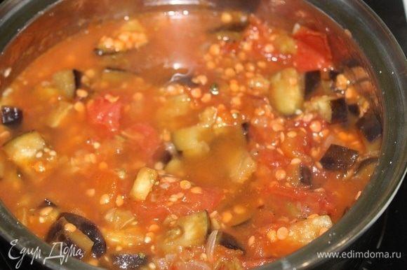 Перемешать и тушить пару минут, затем влить горячую воду. Довести до кипения, уменьшить огонь и продолжать готовить 10-15 минут.