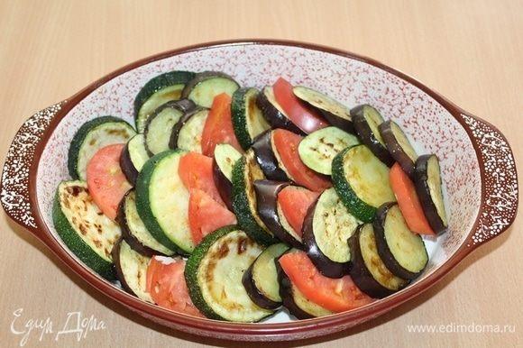 Овощи выложить в форму.