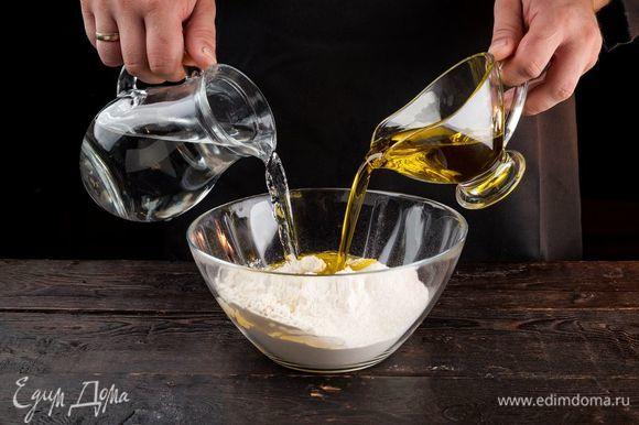 Добавьте 4 ст. л. сахара, оливковое масло, соль, немного теплой воды. Все хорошо перемешайте и вымесите тесто.Оставьте тесто для подъема в теплом месте на 30 минут.