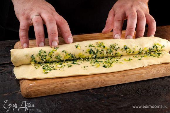 Готовое тесто раскатайте в тонкий пласт, выложите начинку.