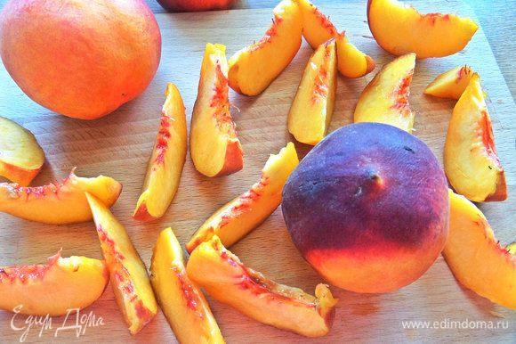 Персики поделить на дольки.