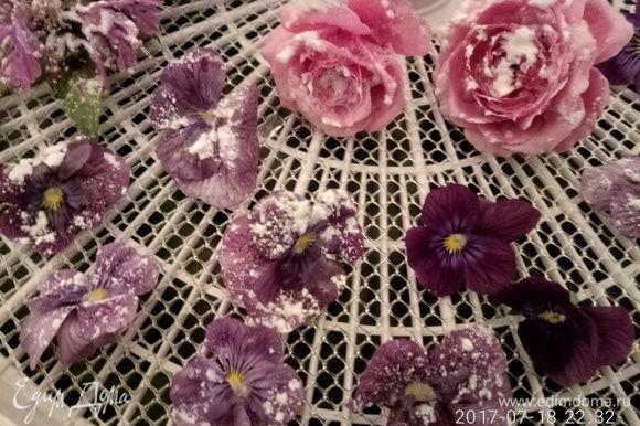 Смазанный цветок присыпать сахарной пудрой из солонки или с помощью ситечка.