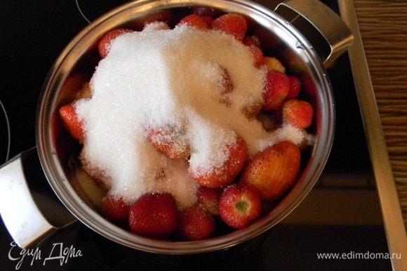 Ягоды засыпаем сахаром, довести до кипения и проварить до получения сиропа.