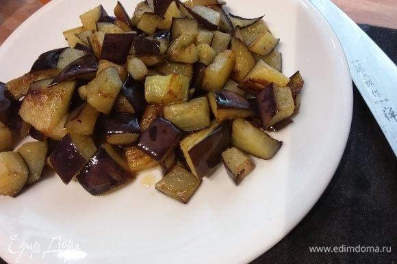 Один баклажан нарезать кубиком и обжарить в оливковом масле до готовности и золотистого цвета. Выложить на тарелку до востребования.
