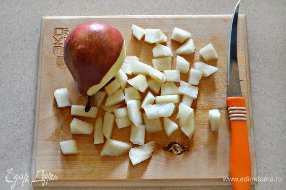 Тем временем приготовьте начинку. Для этого необходимо помыть груши (у меня 1 большая крепкая груша), очистить от кожуры и нарезать небольшими кусочками.