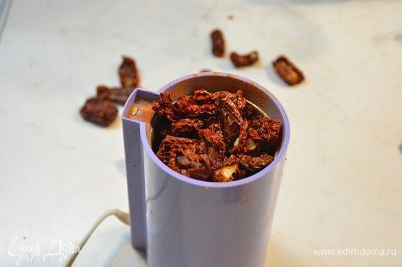 Перемолоть сушеные помидоры в кофемолке.