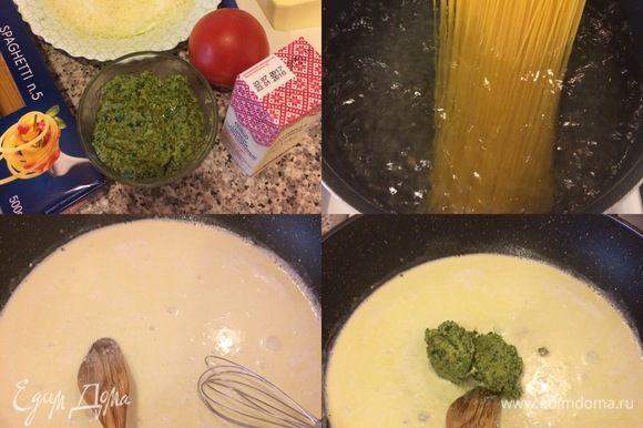 Макароны отварить в подсоленной воде. (Воду от макарон не выливаем). В сковороде с толстым дном нагреть сливки и сливочное масло. Добавить песто, натертый сыр и перемешать.