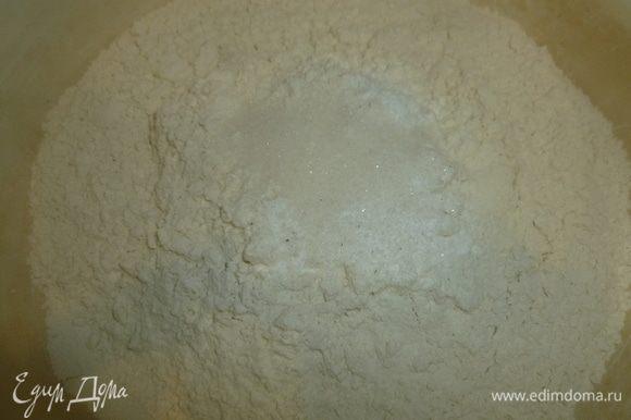 Масло растопить и немного остудить. Разогреть духовку до 180°C. Муку просеять, смешать с разрыхлителем и щепоткой соли.