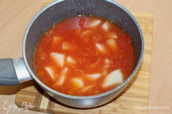 Отдельно сварить куриный бульон с кусочками картофеля. Добавить к томатам. Варить вместе 10 минут.