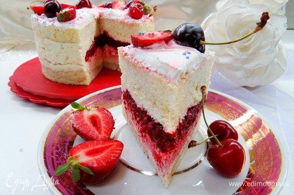 Затем разрезаем и наслаждаемся вкусным летним тортиком. Приятного чаепития!