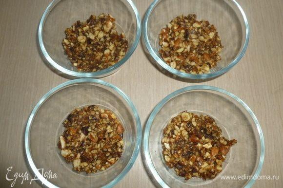 В вазочки (или широкие стаканы) уложить полученную крошку, немного утрамбовать.
