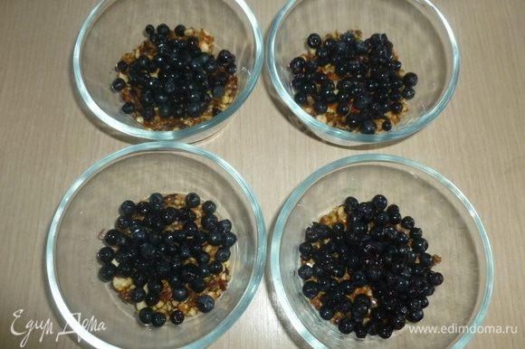 Разложить ягоды (оставить немного для украшения).