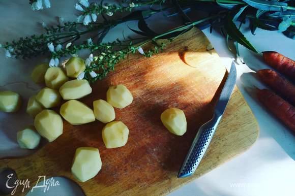 Почистим картофель.