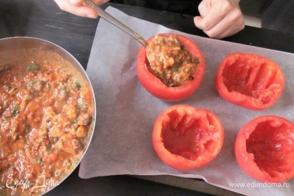 Смешать начинку с зеленью и фаршировать томаты.