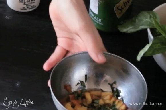 Смешать персик с базиликом и сахаром. Оставить на некоторое время, чтобы персик дал сок и сахар растворился.