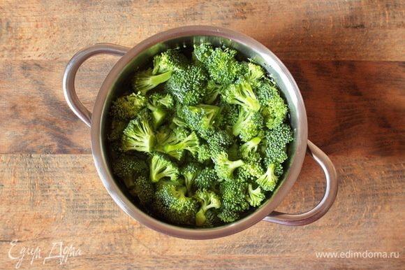 Залить брокколи горячей водой, довести до кипения и сбланшировать до мягкости, но не более 7-10 минут. В конце варки посолить.