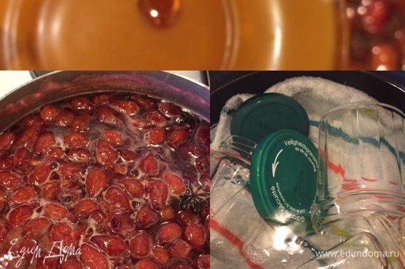 Готовность варенья можно проверить, капнув каплю сиропа на холодное блюдце, если капля застывает, варенье готово.