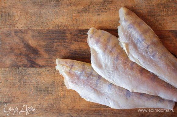 Филе судака бережно разморозить за ночь на нижней полке холодильника, разделать небольшими брусочками.