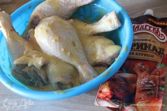Куриные голени сложить в миску, добавить половину упаковки горчичного маринада ТМ «МахеевЪ» для курицы. Оставить мариноваться на 30 минут.
