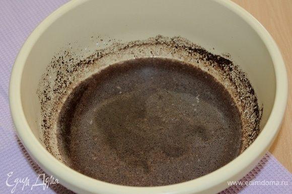 Черемуховую муку залить горячим молоком, перемешать и оставить до остывания.
