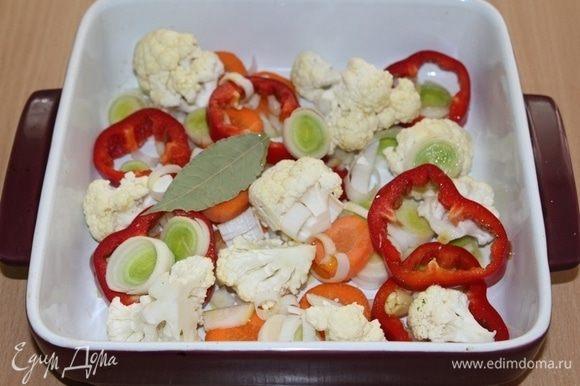 Овощи (кроме помидоров) почистить, порезать, посолить, поперчить, полить оливковым маслом и уксусом и отправить в духовку на 30 минут.