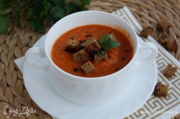 Посыпаем суп гренками и подаем.
