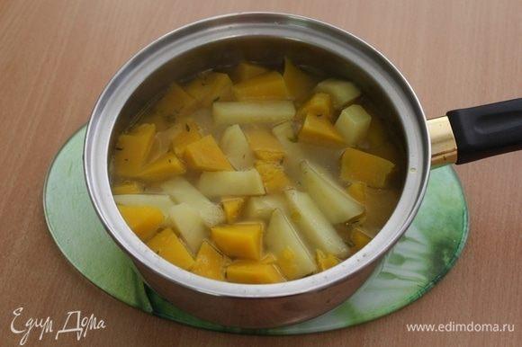 Переложить овощи в сотейник, залить овощным бульоном и потомить на огне минут 10.