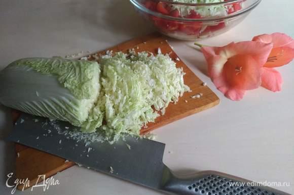 Берем пекинскую капусту, нарезаем.
